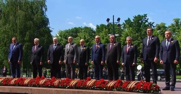«Это чмо на каблуках все равно самое мелкое»: Путин сконфузился на параде Победы из-за своего роста