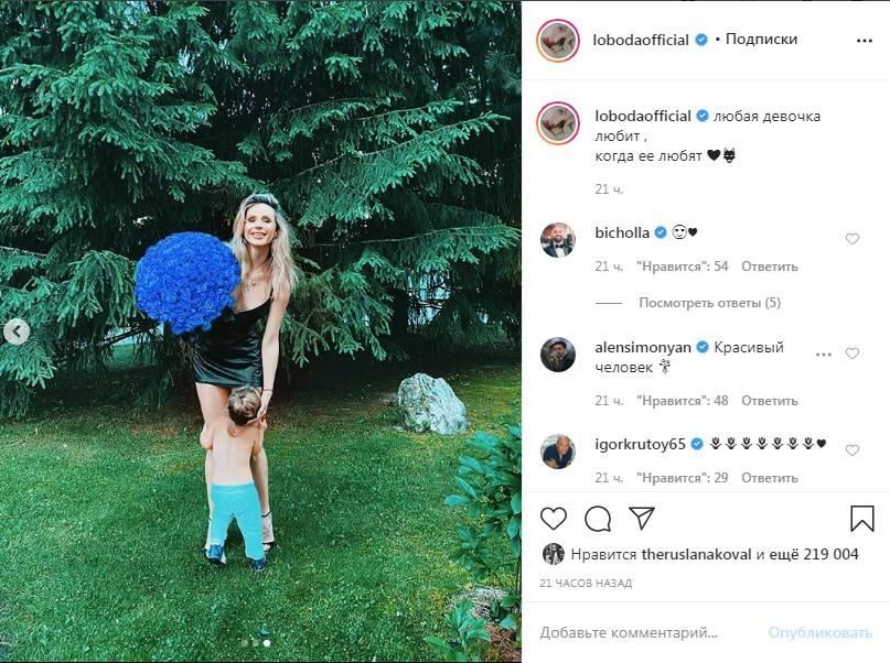 «Бесконечные ноги»: Светлана Лобода в кожаном мини-платье и на шпильках восхитила сеть своим внешним видом