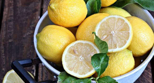 Перестаньте верить в это: эксперты развенчали главные мифы о пользе лимона