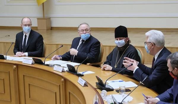Шмыгаль отметил роль церкви в «умеренном режиме» эпидемии коронавируса и пообещал смягчить карантин для верующих