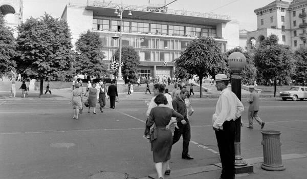 «А горожане в какой опрятной одежде»: украинцы восхитились снимком Крещатика полувековой давности