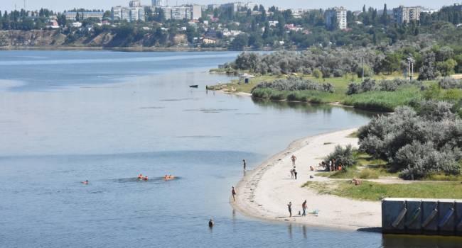 «Из трубы неизвестного назначения»: вода на пляже в Николаеве окрасилась в ярко-зеленый цвет