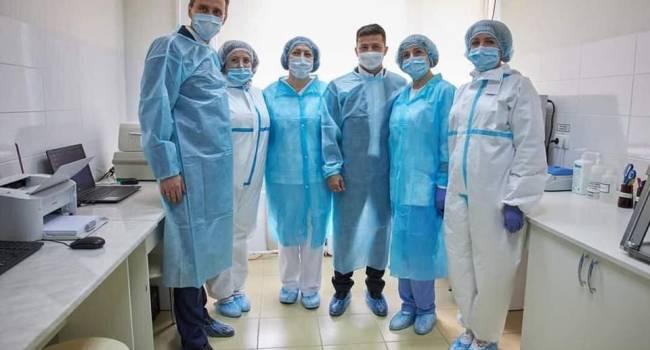 «Это так мило»: Геращенко сообщила, что в Хмельницком Зеленский фотографировался с медиками, одетыми в костюмы, которые были подарены фондом Порошенко