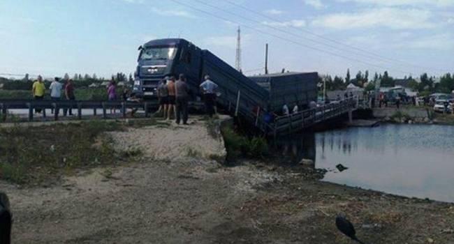 В Николаевской области под фурой провалился мост