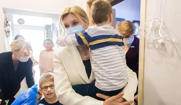 Общалась с шестью маленькими детьми: выяснилось, где была Елена Зеленская перед заражением COVID-19