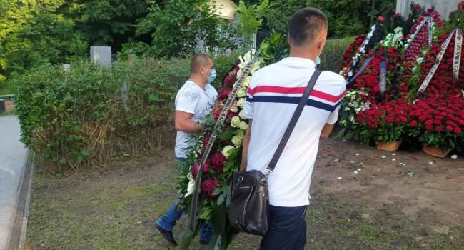 «Быть нормальным Зеленскому не удается вообще никак?»: Бирюков сообщил, что венок от ОПУ привезли на могилу отца Порошенко через 4 часа после завершения церемонии
