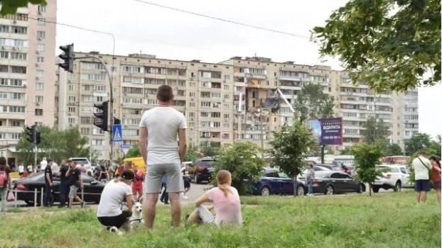 «Может упасть»: люди с подъезда, в котором произошел взрыв, якобы слышали запах газа и пороха