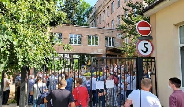 Чернобыльцы Харькова заблокировали больницу для приема больных коронавирусом