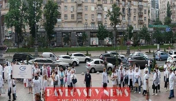 Не получили ни зарплаты, ни аванса: в Киеве врачи вышли на протест