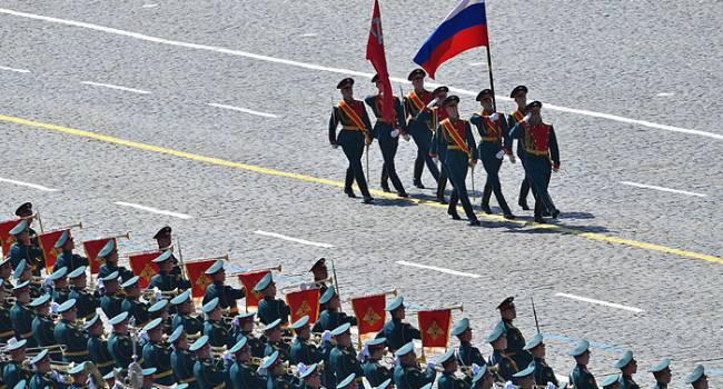 Военный РФ на параде с автоматом набросился на представителей ФСО России, бил прикладом стекла и кричал о ненависти к ним