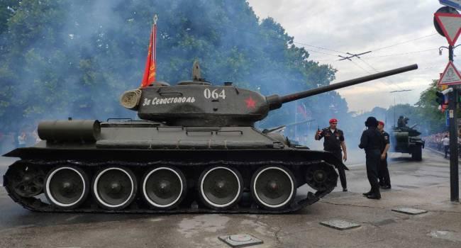 В Севастополе во время парада сломанный танк Т-34 направился прямо в толпу зрителей