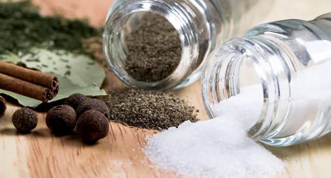 Главная причина лишнего веса: диетологи рассказали, как легко отказаться от соли
