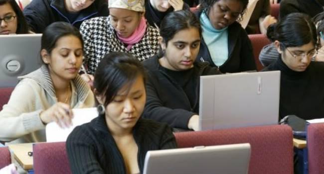 «Слуги народа» хотят разрешить обучение иностранных студентов на русском языке