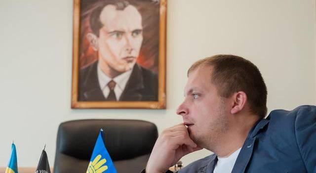 Мэр Конотопа в Киеве напротив консульства РФ публично сжег флаг России под гимн Украины
