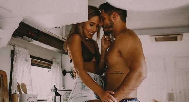 Победительница «Холостяка» показала интимные фото с возлюбленным, позируя в белье на кухонном столе
