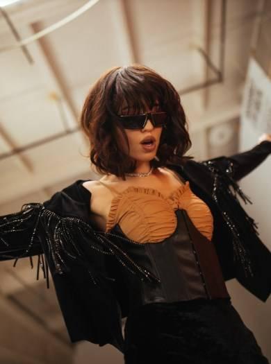 Кожаный корсет, темный цвет волос и смелая короткая стрижка: Надя Дорофеева снялась в  последнем клипе группы «Время и Стекло», удивив своим стилем