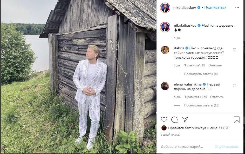 «Первый парень на деревне»: Николай Басков продемонстрировал стильный образ, позируя возле деревенской избы
