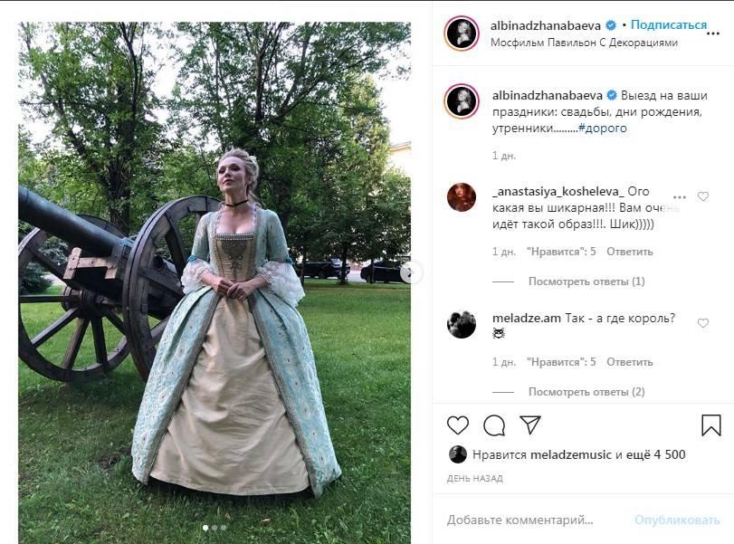 «Я умерла от красоты»: Альбина Джанабаева примеряла средневековый наряд