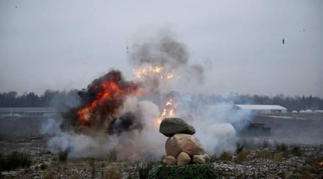 На Донбассе в результате взрыва в воздух взлетела вражеская техника вместе с боевиками, много погибших