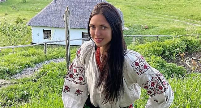 Виктория с «НеАнгелов» показала лицо без макияжа, купаясь с племянницей в речке
