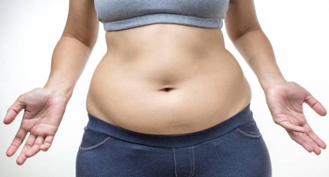 «Это вовсе не алкоголь»: диетологи назвали главные причины появления жира на животе