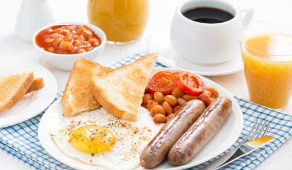 «Снижается скорость метаболизма, и создаются условия для накопления лишних жировых отложений»: Диетолог объяснила, почему не стоит пропускать завтрак
