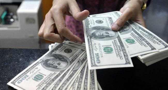 «Покупайте доллары, гривна будет обесцениваться»: Зеленский запустил панику, уже завтра у обменников будут очереди