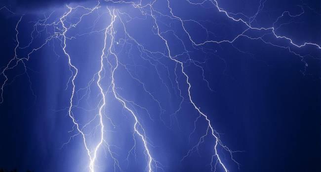 Смертельная атака: за один день от удара молнии в Индии погибли 23 человека