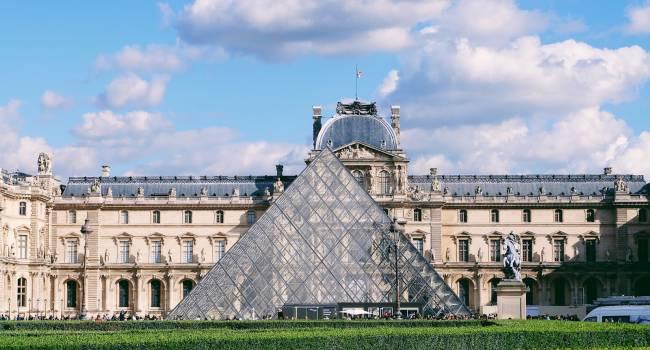 После длительного перерыва самый известный музей мира возобновил работу
