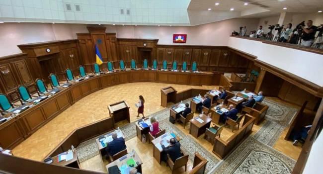 В Конституционном Суде началось рассмотрение представления регионалов о том, чтобы запретить языковой закон
