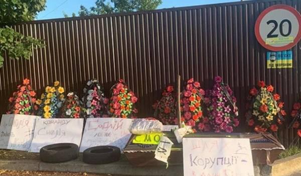 В поселок, где проживает экс-глава НБУ Смолий, неизвестные положили венки и гроб