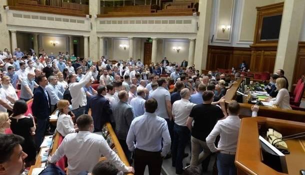 Депутаты Рады не смогут назначать лиц без образования своими помощниками