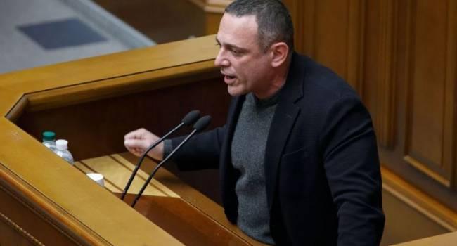 «Это как мокрое с коричневым сравнивать»: журналист прокомментировал акцию против языкового законопроекта Бужанского