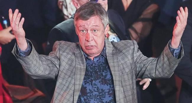 «Грандиозная подстава»: фанатка Ефремова с пеной у рта защищала актера перед зданием суда во время заседания