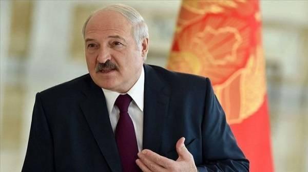 Лукашенко на избирательном участке встретили с гармошкой и цветами