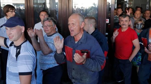 Каждому бастующему в Беларуси пообещали деньги: названа сумма