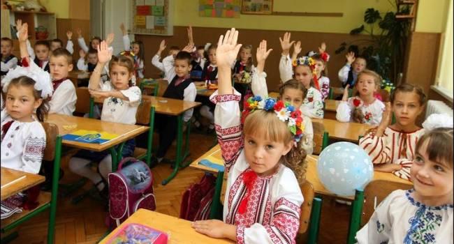 Политолог: на «112 Украина» разгоняют очередную ересь, что МВФ потребовал позакрывать школы в Украине