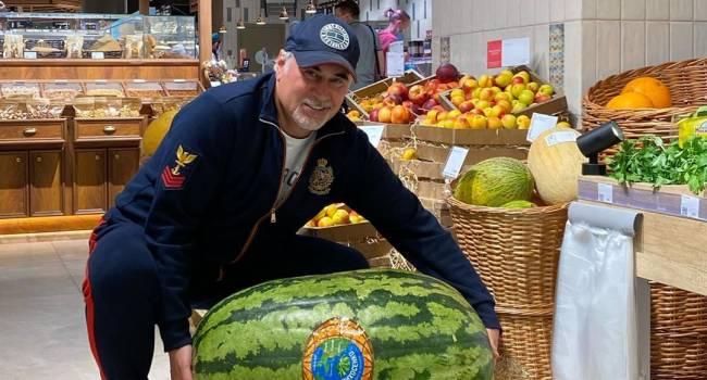«Имею желание купить арбуз, но не имею возможности унести»: Валерий Меладзе шокировал сеть, позируя с ягодой нереальных размеров