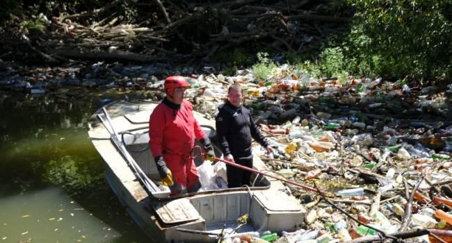 «Почти как в самой грязной реке мира»: на Закарпатье мусор полностью заблокировал реку