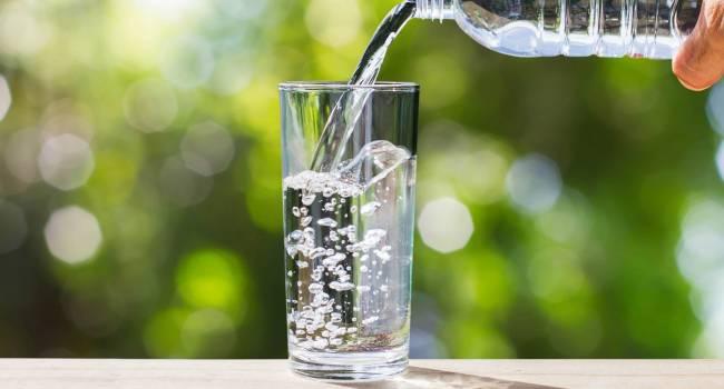 «Крепкий алкоголь и сладкая минеральная вода»: Диетолог объяснила, от каких напитков нужно отказаться, если на улице слишком жарко