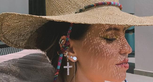 Надя Дорофеева позировала в откровенном бикини в бассейне, продемонстрировав стройную фигуру
