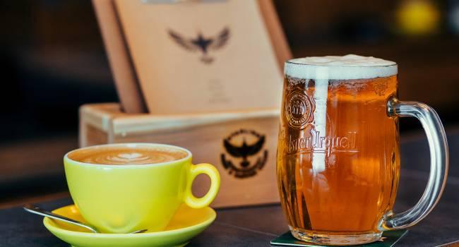 «Поменьше пива и кофе»: медики рассказали о лучших напитках в жару
