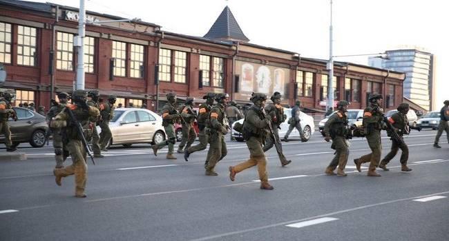 Силовики продолжают обстреливать протестующих в Минске активистов