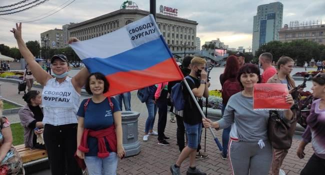 На акциях протеста в Хабаровске появились белорусские флаги