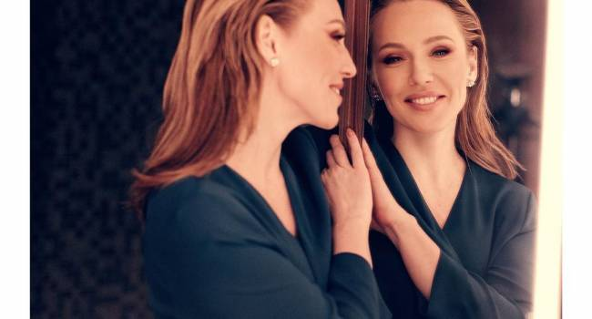 «Сексуально, как по вызову»: Джанабаева завела сеть новым фото, где позировала в тренче на голое тело