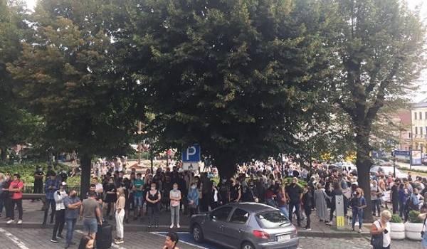 Жители Черновцов вышли на протест из-за внесения города в красную зону карантина