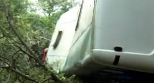 Автобус с людьми внутри сорвался с 80-метрвоой высоты, погибли 17 человек