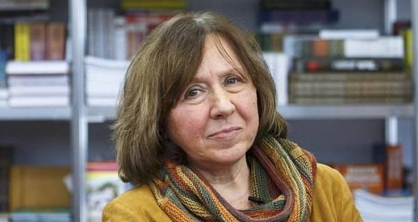 Неизвестные пытаются проникнуть в квартиру писательницы Светланы Алексиевич