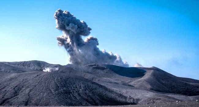 Огромный столб пепла: на Курилах проснулся крупный вулкан