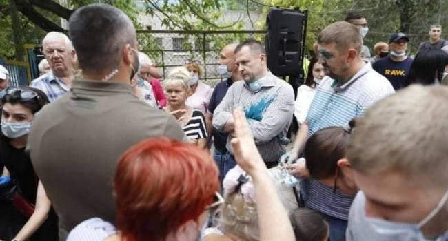 Сазонов: Бориса Филатова на встрече с избирателями облили зеленкой. Ну, красавцы. Я заказчиков даже понимаю